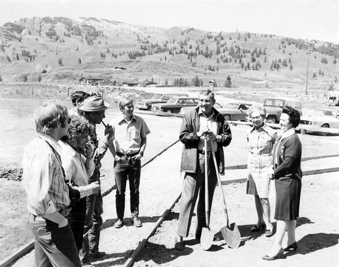 Leon Wurl, Aspen city manager, at center with shovels, on May 21, 1971, with Eve Homeyer, a member of the Aspen City Council, to his left. Buttermilk Mountain is behind them.
